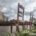 Dwa krzesła na Rondzie Tysiąclecia (fot. Jakub Pindych PLOT)