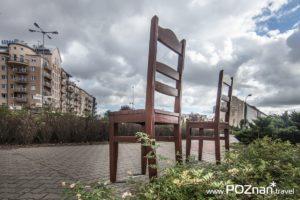 Dwa krzesła, skrzyżowanie ul. Granicznej z ul. Geremka (Rondo Tysiąclecia)