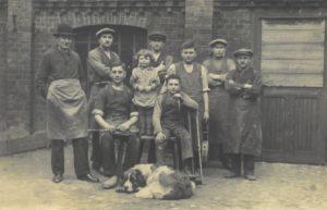 Pracownicy zakładu stolarskiego Oskara Liffke (1928 r.)(fot. Archiwum Swarzędzkiego Centrum Historii i Sztuki)