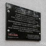 Tablica pamiątkowa Dyrekcji Swarzędzkich Fabryk Mebli (fot. Jakub Pindych PLOT)
