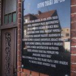Tablica pamiątkowa na domu Antoniego Tabaki (fot. Jakub Pindych PLOT)