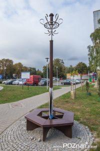 Wieszak z ławeczką, ul. Dworcowa 7 (naprzeciw dworca kolejowego)